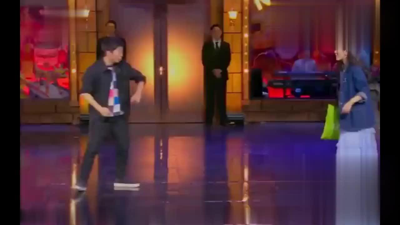 谢娜和杨迪在台上尬舞,贾乃亮笑个不停