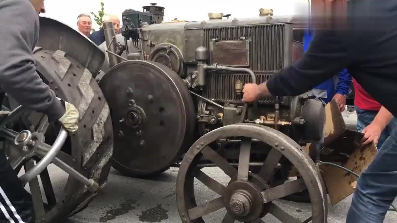 启动1929年的古董拖拉机。质量不是一般的好啊!
