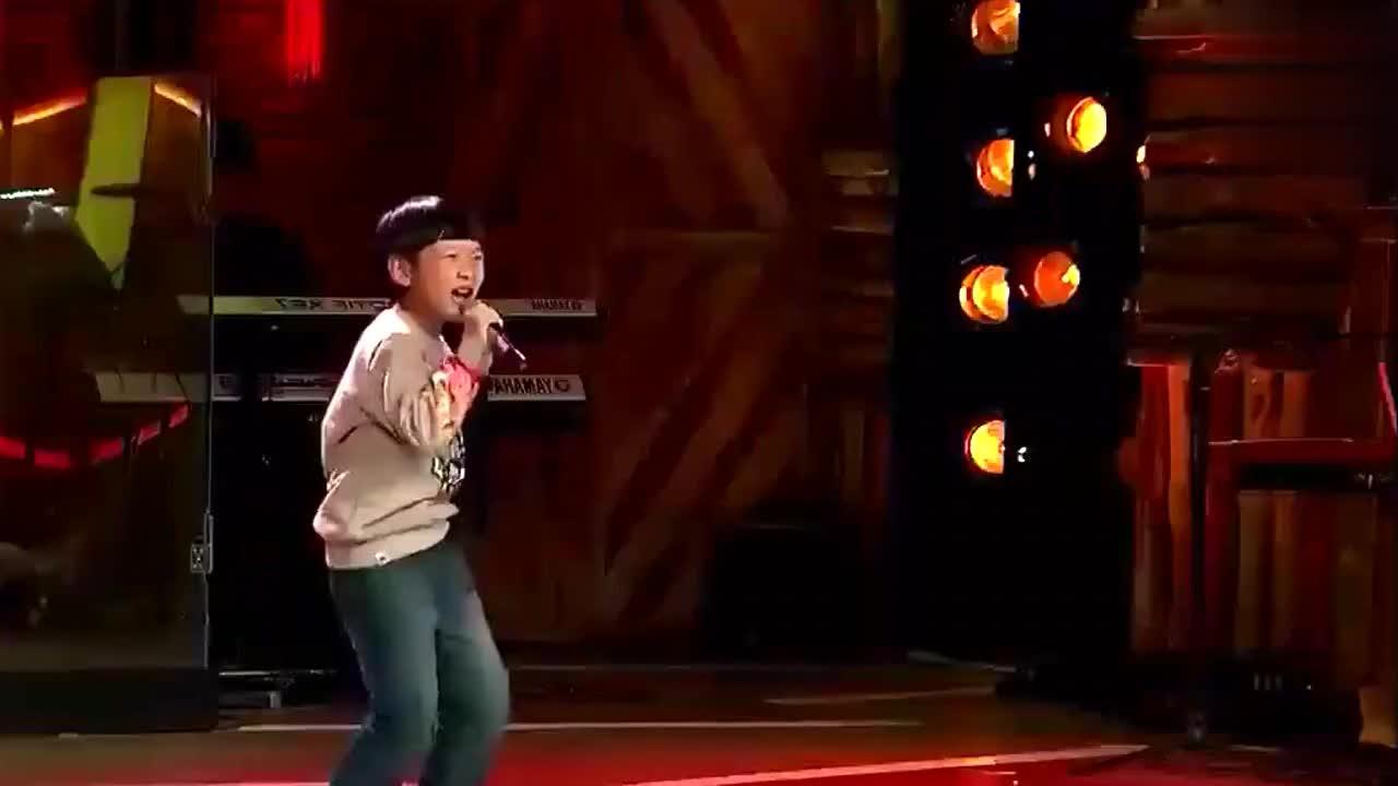 10岁小男孩挑战华语经典金曲,开口就嗨翻全场!