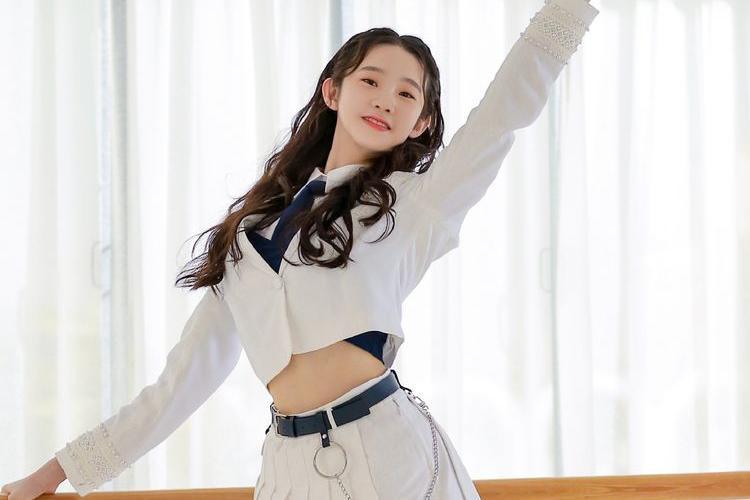 张艺凡获第7名跻身硬糖少女303,穿金色抹胸超短裙,靓丽迷人