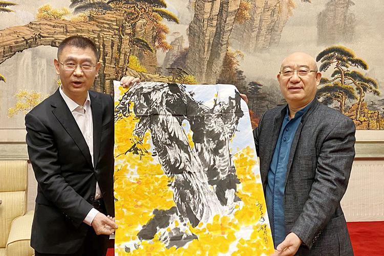 中国公共关系协会代表团一行拜访澳门中联办并赠送张录成画作