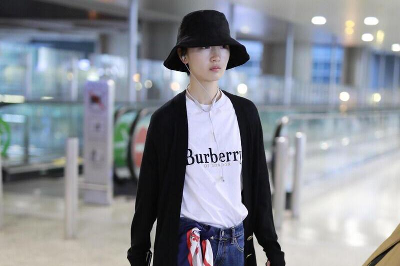 周冬雨个子娇小却很会穿!黑色开衫+牛仔裤走机场,高级时髦