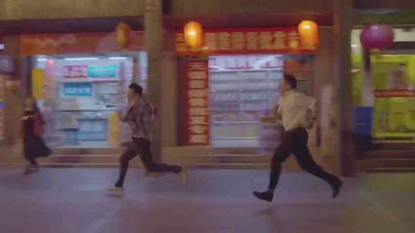 男子见人就跑,没想到追他的人竟是马拉松季军,这下男子惨了