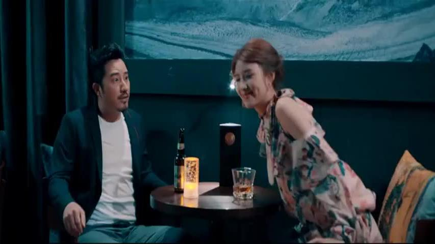 美女豪言请全酒吧人喝酒,男子还想出言答谢,没想结局让他很尴尬
