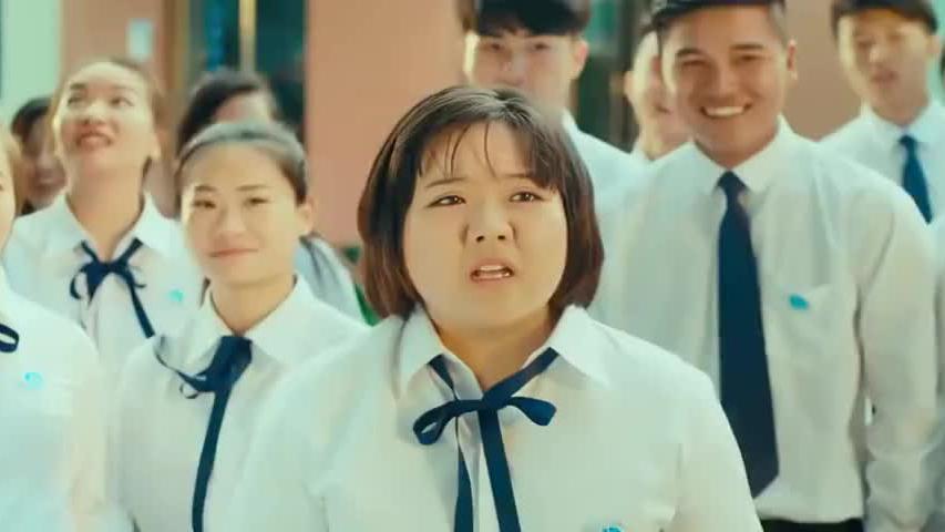 胖女孩被同学捉弄书包被扔树上去了,胖女孩用行动霸气反击