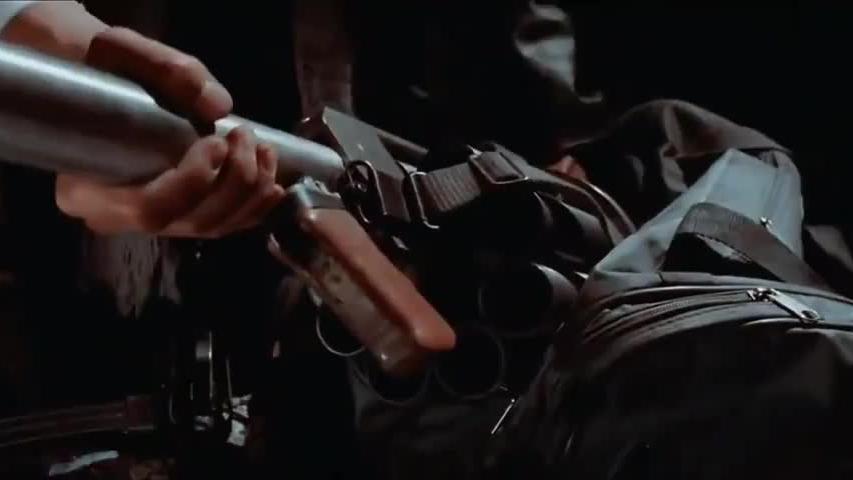 男子拿起枪就是一炮,威力我也是很满意了