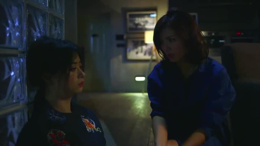 安迪看见樊胜美喝醉后这狼狈样子,想听她倾诉,她却强忍着