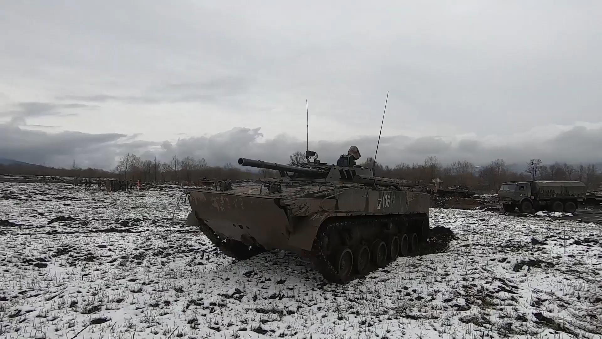 漫天大雪 俄军装甲部队突击敌军正面硬扛