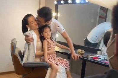汪峰带女儿探班章子怡,当众献吻老婆甜齁,醒宝捧五亿珠宝超淡定