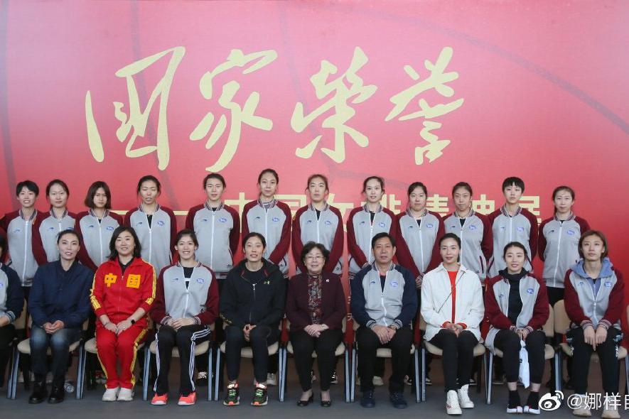 """两代女排奥运冠军有爱同框:朱婷C位秀温暖笑容,""""不死鸟""""发福明显"""