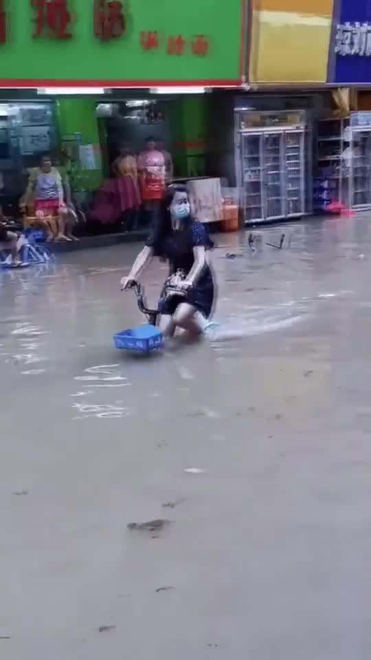 广州一夜涨水,妹子水中骑共享单车,比开车方便多了!