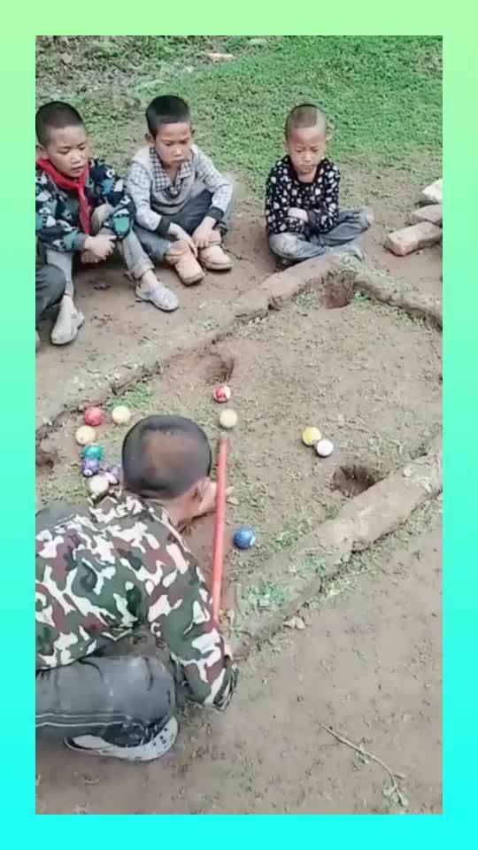 农村也是有台球高手的,农村孩子一杆进一球,让人不得不佩服!