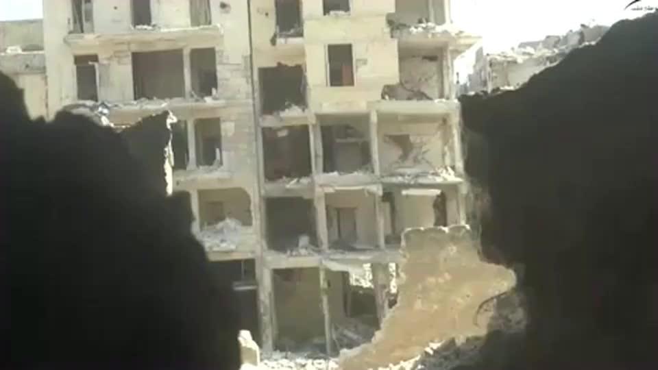 叙利亚战争实录叛军用大口径火炮攻击目标房子都塌了