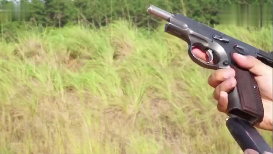 古董老枪捷克CZ75半自动手枪,靶场射击听听它的拉栓声音!