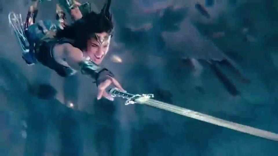 神辅助闪电侠,神奇女侠拿不到武器,他来搞定。