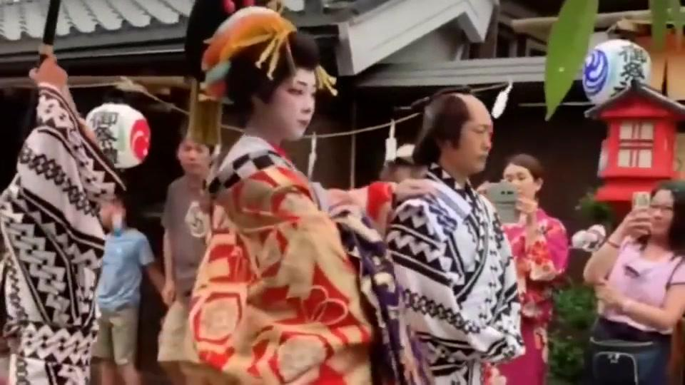 搞笑:日本有名的花魁,看她化妆游行,莫名感觉有点怕!