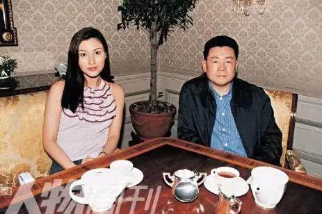 才貌平平的甘比情商致胜、赢过李嘉欣吕丽君等,嫁成香港女首富