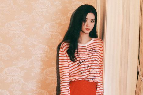 赵丽颖红色条纹上衣配红色短裙,手拿小包夏日风情满满!