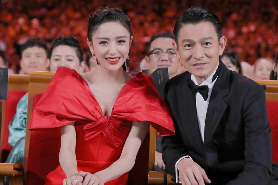 继佟丽娅之后,郎朗也晒与刘德华合影向贾玲炫耀,后者高情商回应