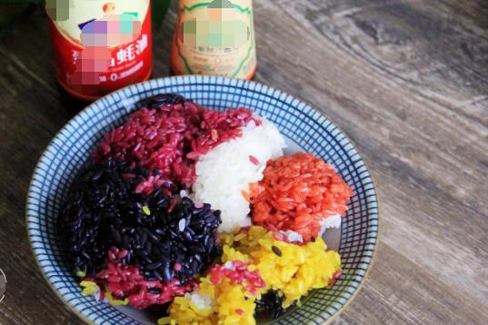 五色糯米饭是一种十分传统的食物,是当地民族的一种饮食文化产物