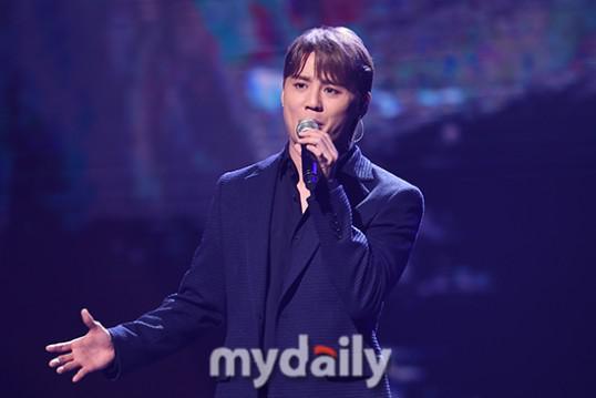 韩国艺人金俊秀出席2020韩国大众文化艺术颁奖礼