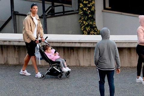 葡萄牙确诊8000例,6周婴儿因新冠肺炎死亡,C罗出门遛娃遭炮轰