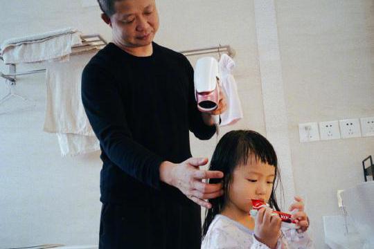 姚晨晒老公和女儿合照,女儿模样可爱,家庭日常显幸福