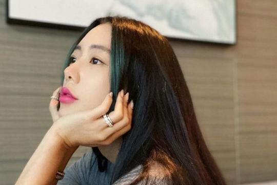 韩国女艺人Clara发近照 公主切发型魅力十足