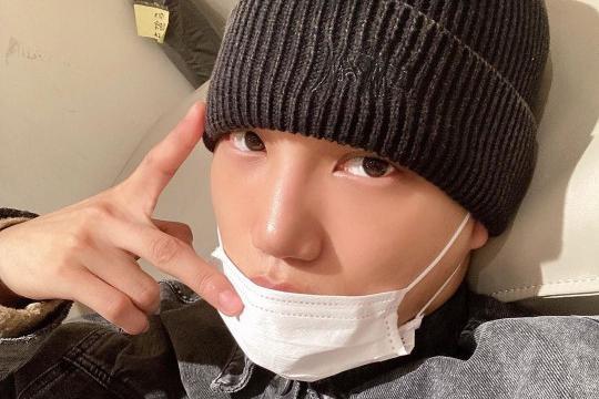EXO成员KAI社交网站发照 戴口罩帽子表情酷