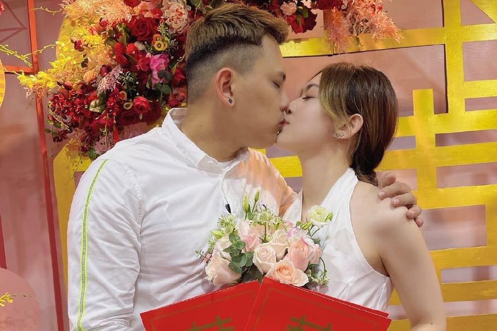 又一羽毛球名将领证结婚,亲吻美艳娇妻甜蜜恩爱