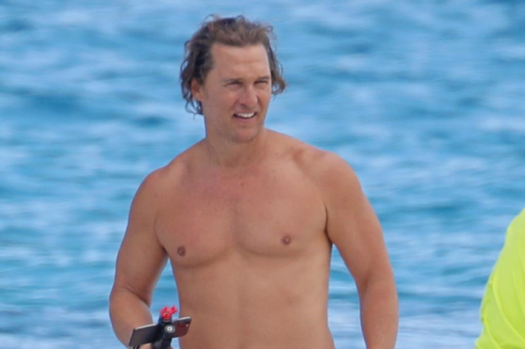 51岁马修·麦康纳海滩度假!体重降到200斤,好莱坞型男回来啦