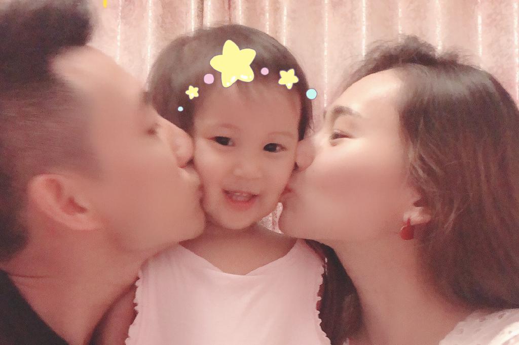 中国世界冠军夫妇晒一家三口全家福,亲吻女儿脸颊幸福有爱