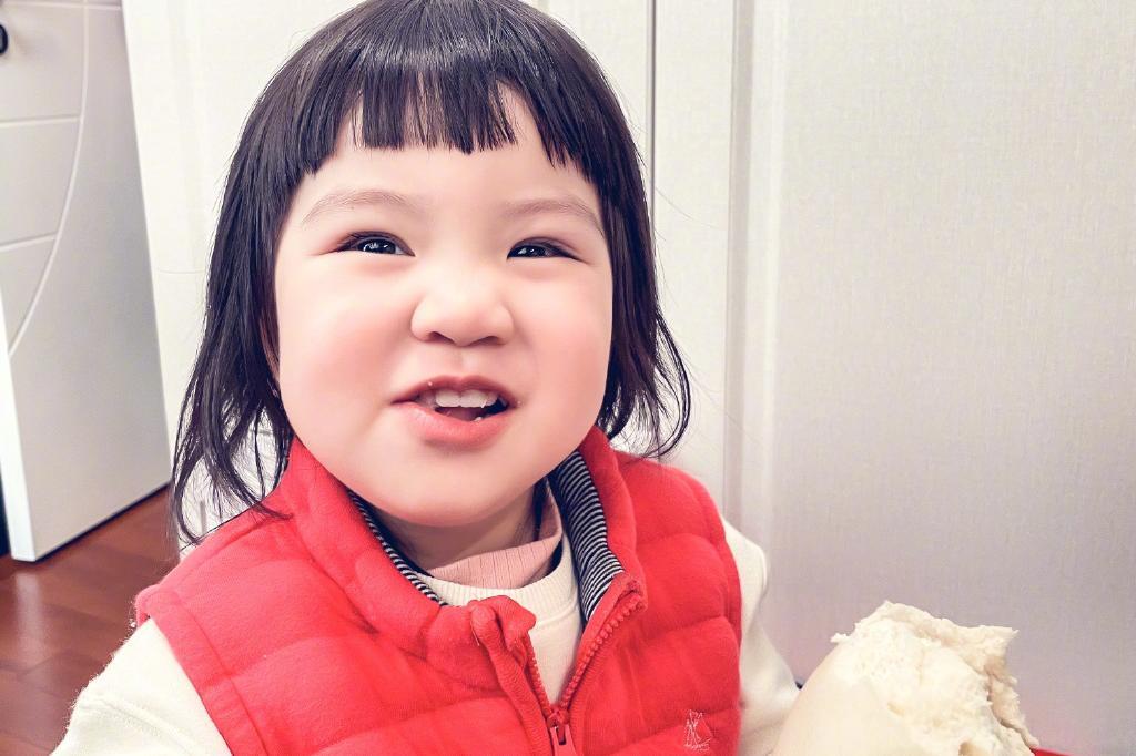 奥运冠军吴敏霞晒女儿萌照,大眼睛肉肉脸超可爱