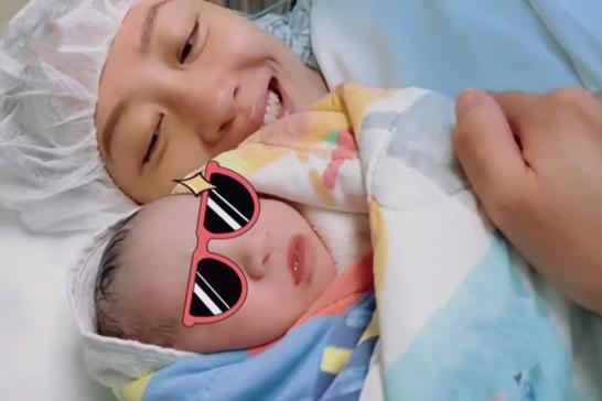 应采儿生二胎画面曝光,Jasper给弟弟唱歌,HoHo牙牙学语像妈妈