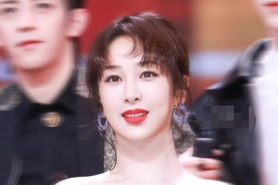 """杨紫素颜发呆被助理偷拍,看清她生图下的""""眼皮""""状态,哪像28岁"""