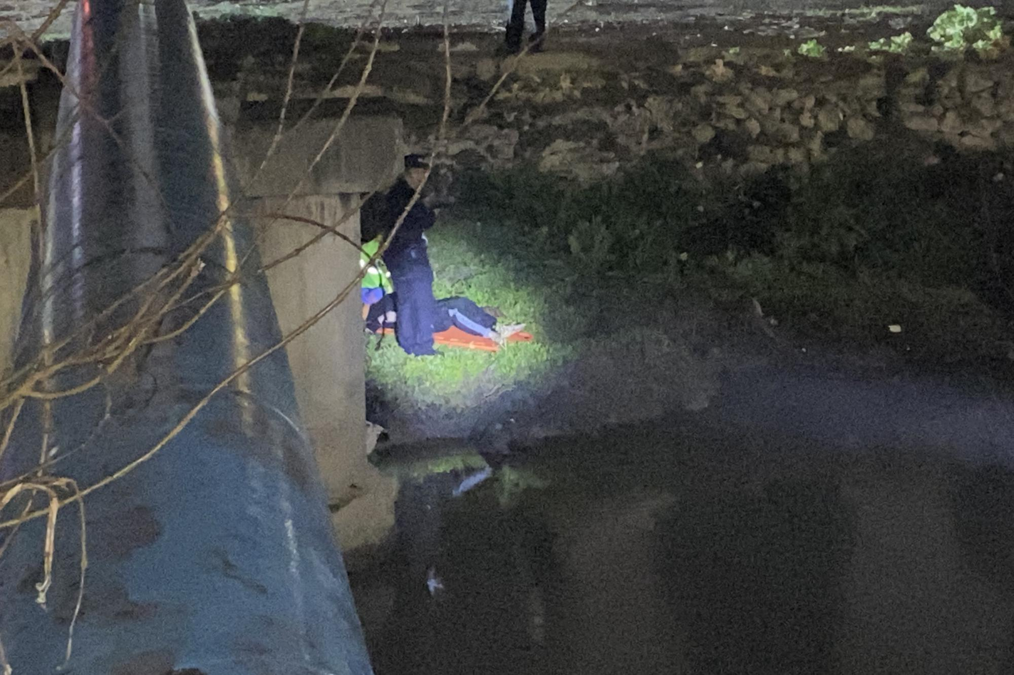 温州男子抄近道脚滑掉河道 民警和消防员多方力量雨夜营救