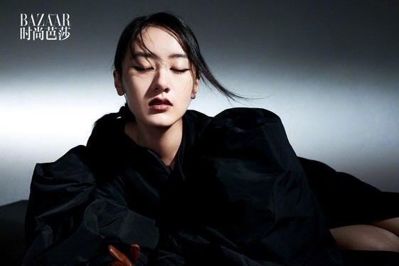 袁冰妍登时尚芭莎,穿黑色连衣裙呈现暗黑气质,甜妹变御姐