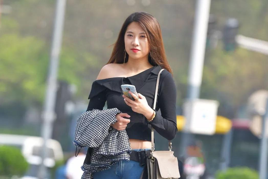 高腰牛仔裤搭配斜肩短衫,秋日的时尚休闲风穿搭,简单大方显气质