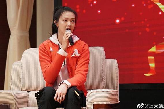 有爱!女排奥运冠军张常宁惊喜现身南京大学,肤白貌美明艳动人
