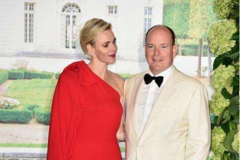 夏琳王妃一袭V领红裙展现曼妙身姿,曾逃婚三次已经成为过往
