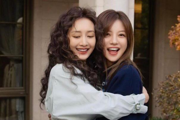 赵薇为王鸥庆生,两美女互拥对镜微笑,二人同框也算王鸥追星成功