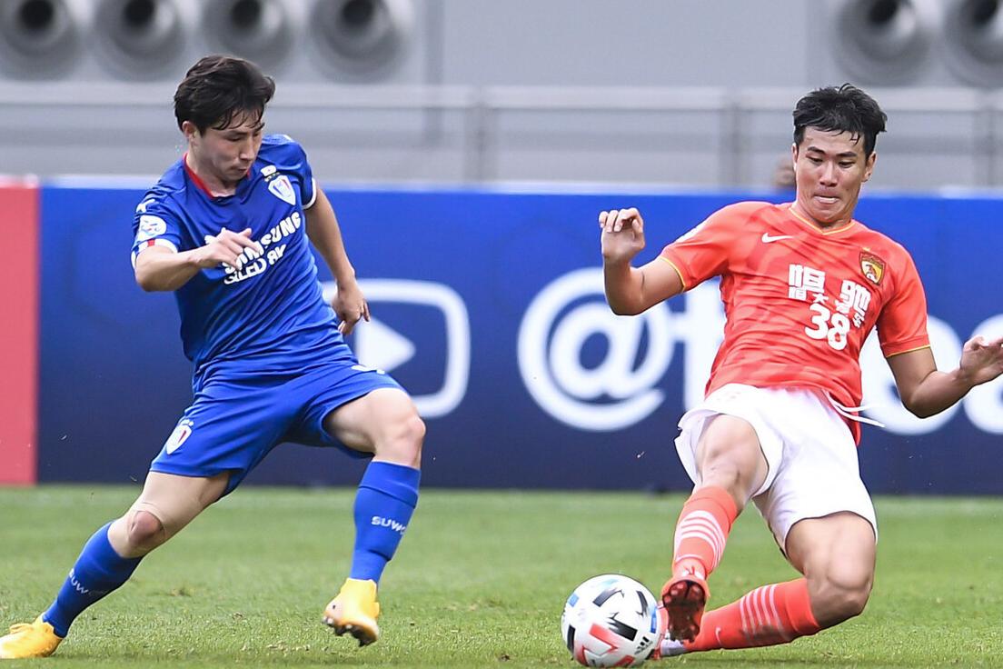 丢球了!刘殿座尽力了,韩国球员补射破门,恒大后防线集体看戏