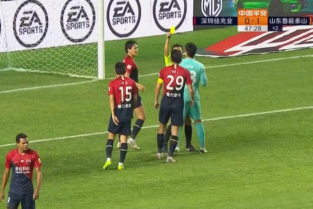 郜林怒了!队友被判点球他不服!围着裁判抗议 1分钟后遭暴击