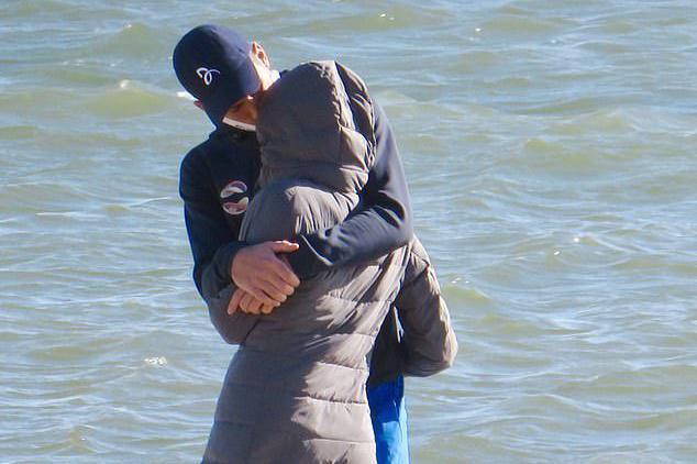 德约科维奇与娇妻海滩边恩爱互动被拍,搂入怀中亲吻太甜蜜