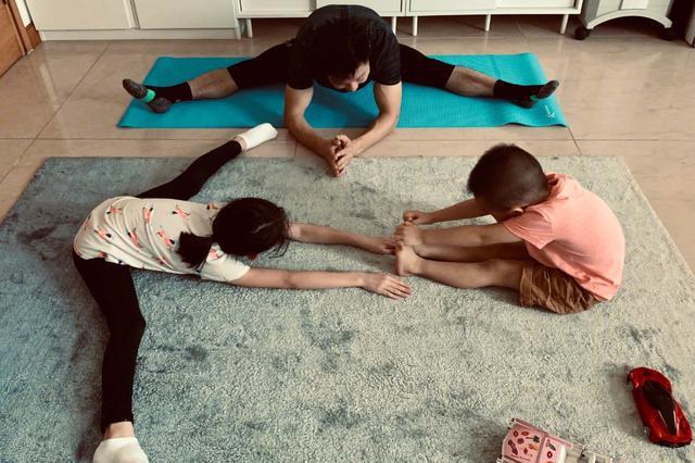 李小鹏和儿女劈叉,纪念北京奥运十二周年,八岁奥莉腿长已超爸爸