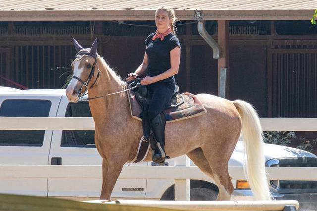 艾梅伯·希尔德绑麻花辫骑马威风凛凛,像一个帅气的西部女牛仔!