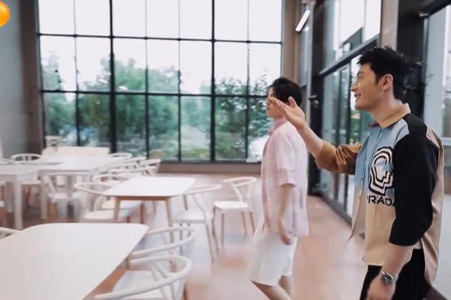 杨超越拒绝黄晓明在餐厅唱跳,弹幕留言对她恶意太深!