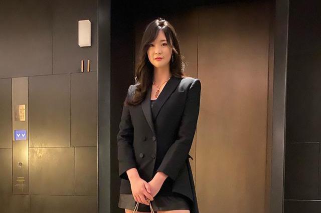 魅力十足!最美女排队长惠若琪盛装亮相秀大长腿,发福仍明艳动人
