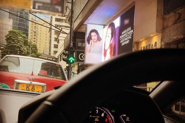 郭可颂街边偶遇熊黛林广告牌,晒照称堵车也开心,隔空示爱老婆