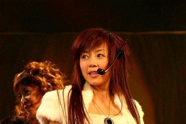 自嘲是最不红的超女冠军,38岁未婚,为生活跑县城商演